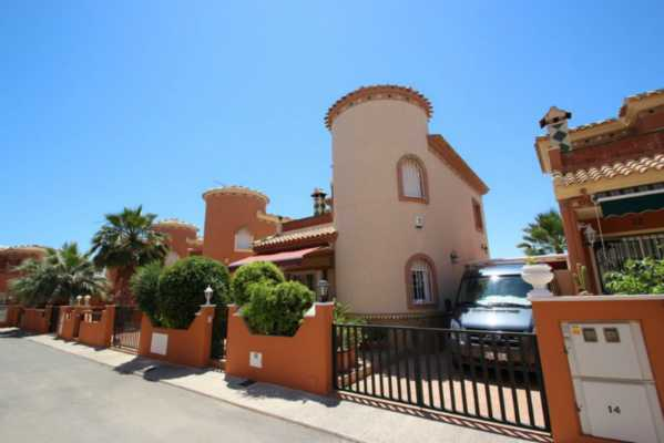 <!--:RU-->Недорогая солнечная вилла с частным бассейном в Playa Flamenca<!--:-->