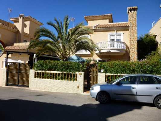 <!--:RU-->Дом у моря с каминным залом и красивым тропическим участком<!--:-->