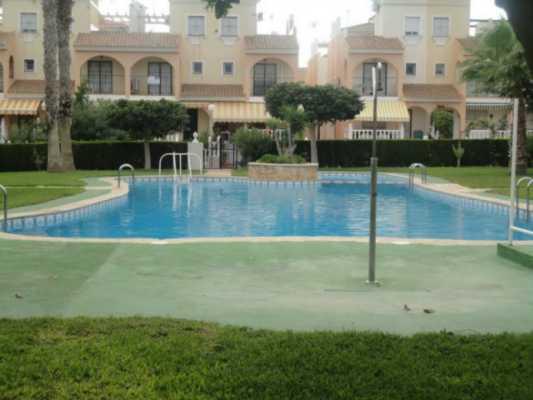 <!--:RU-->Бунгало с 3 спальнями в 500 метрах от пляжа в Playa Flamenca<!--:-->