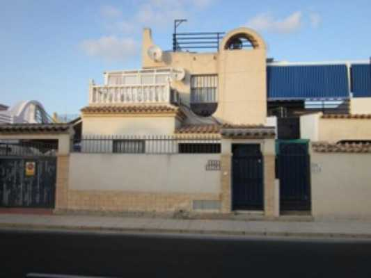 <!--:RU-->Бунгало с 4 спальнями в 2200 метрах от пляжа в Torrevieja<!--:-->