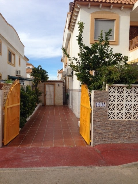 Please find below address, details and some pictures of available bungalow to rent in beautiful sunny city Torrevieje in Spain